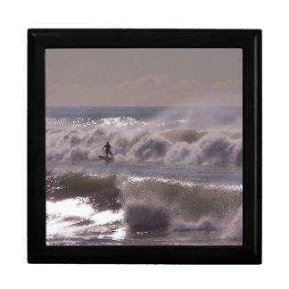 サーファーのサーフィンの海のビーチは海カリフォルニアを振ります ギフトボックス
