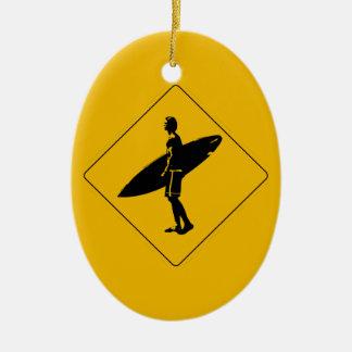 サーファーの交差の警告標識、サンディエゴ 陶器製卵型オーナメント