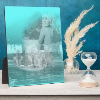 サーファーの女の子のビーチ場面 フォトプラーク