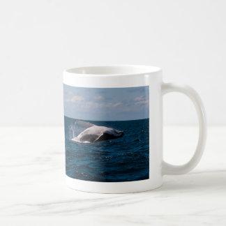 サーファーの楽園を破っているザトウクジラ コーヒーマグカップ