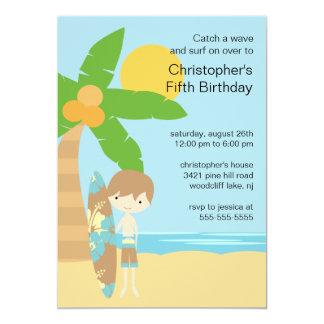 サーファーの男の子の水泳のパーティーの誕生日の招待状 カード