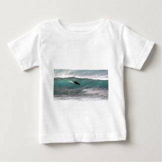 サーフィンのアシカの海洋波 ベビーTシャツ