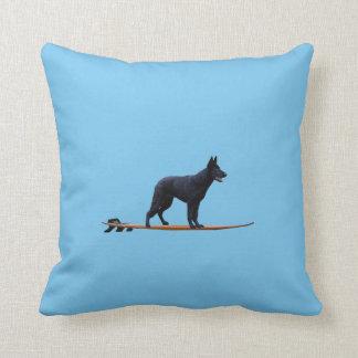 サーフィン犬-黒いジャーマン・シェパードの枕 クッション