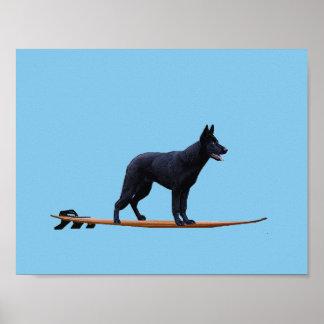 サーフィン犬-黒いジャーマン・シェパードポスター ポスター