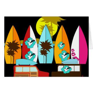 サーフボードはつまらないサーフィンのサーファーのヒッピーのバンを浜に引き上げます カード