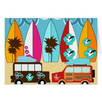 サーフボードはつまらないサーフィンのヒッピーのバンを浜に引き上げます カード