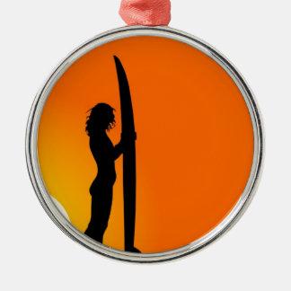 サーフボードを持つ日没のサーファーの女の子 メタルオーナメント