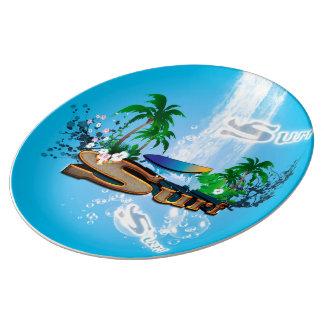 サーフボード、やしおよび花との熱帯デザイン 磁器プレート