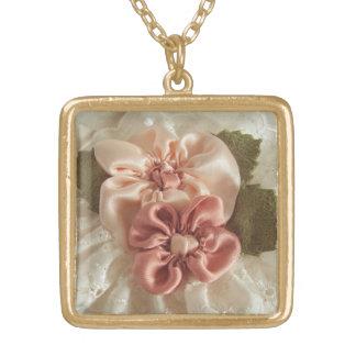 サーモンピンクおよびモモの花 ゴールドプレートネックレス