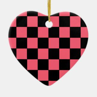サーモンピンクおよび黒い正方形のチェッカーボード セラミックオーナメント