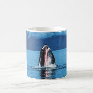 ザトウクジラの上昇 コーヒーマグカップ