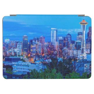 シアトルのスカイラインの近くに上がる極度の月 iPad AIR カバー