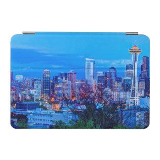 シアトルのスカイラインの近くに上がる極度の月 iPad MINIカバー