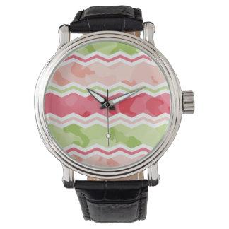 シェブロンのガーリーな珊瑚のピンクおよび薄緑の迷彩柄 腕時計