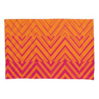 シェブロンのグラデーションなステンシル|ショッキングピンクのオレンジ 枕カバー