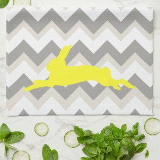 シェブロンのストライプの黄色いウサギのシルエット キッチンタオル