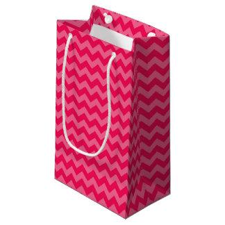 シェブロンのピンクのストライプのピンク スモールペーパーバッグ