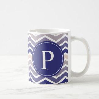 シェブロンのモノグラムの紫色のクリーム色のグラデーション コーヒーマグカップ