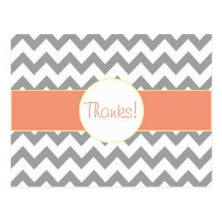 シェブロンの灰色およびサーモンピンクのストライプのなモノグラムは感謝していしています ポストカード