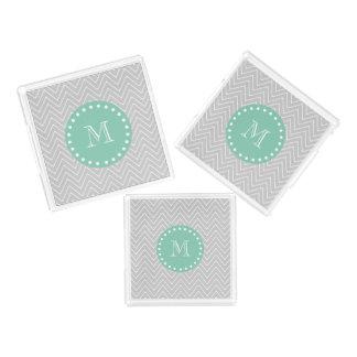 シェブロンの灰色および真新しい緑のモダンなモノグラム アクリルトレー