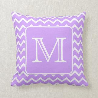 シェブロンの紫色および白いデザイン。 カスタムなモノグラム クッション