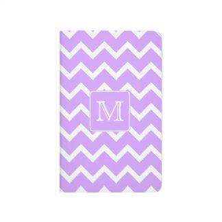 シェブロンの紫色および白いデザイン。 カスタムなモノグラム ポケットジャーナル