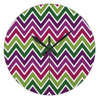 シェブロンの紫色及び緑のストライプ ラージ壁時計