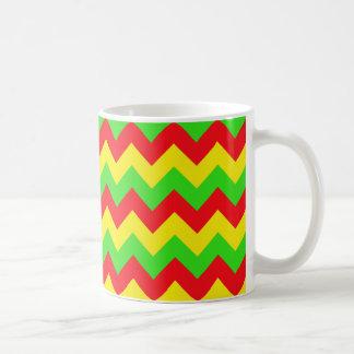 シェブロンの赤く、黄色、緑のデザイン コーヒーマグカップ