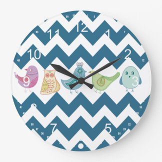シェブロンの青いストライプのお洒落でかわいい鳥のフクロウ ラージ壁時計