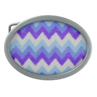 シェブロンガーリーで青および白いボヘミアのパターン 卵形バックル