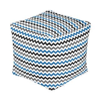 シェブロンパターン背景のブルーグレーの白黒 プーフ