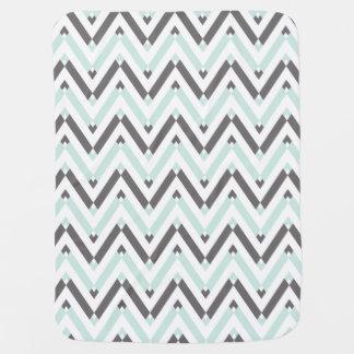 シェブロン灰色の淡いブルーの白く幾何学的なパターン ベビー ブランケット