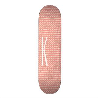 シェブロン珊瑚のピンクの小型パターンのモノグラム スケートボード