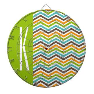 シェブロン緑、青、オレンジ、及びブラウン縞で飾ります ダーツボード