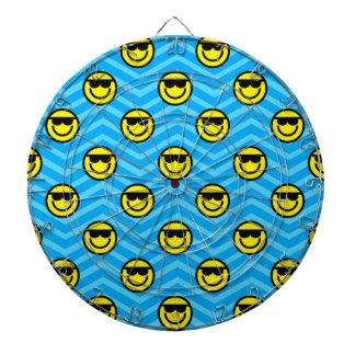 シェブロン青いパターンのサングラスの幸せな顔 ダーツボード