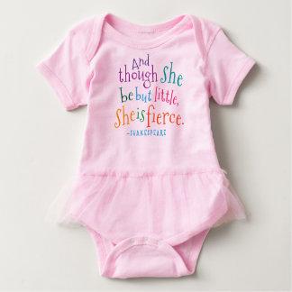 シェークスピアの引用文彼女は激しい女の子のチュチュのTシャツです ベビーボディスーツ
