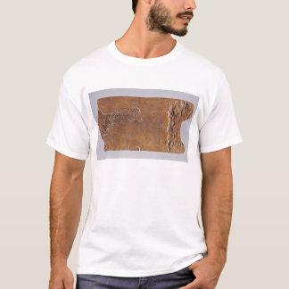 シカおよび跳躍と切り分けられるトナカイの角 Tシャツ