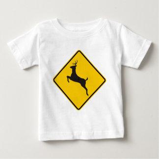 シカの交差のハイウェーの印 ベビーTシャツ