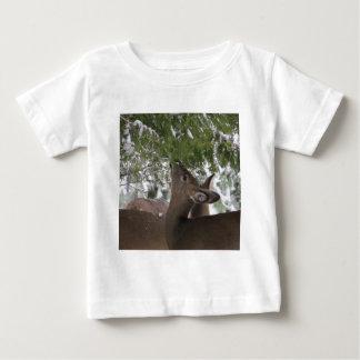 シカの食べ物のヒマラヤスギの枝 ベビーTシャツ