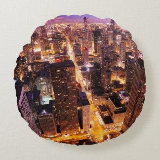 シカゴの夜の都市景観 ラウンドクッション