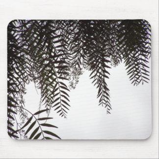 シダの木の葉は葉のマウスパッドのシルエットを描きます マウスパッド