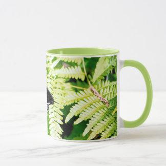 シダのSpicebushのアゲハチョウの蝶 マグカップ