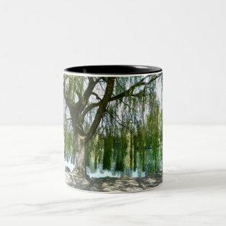 シダレヤナギの木を通した池 ツートーンマグカップ