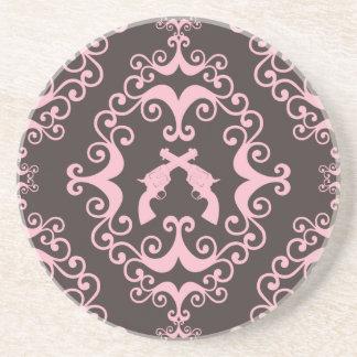 シックなダマスク織のピンクの黒い銃のグランジな西部のピストル コースター