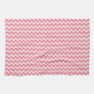 シックなピンクのシェブロンは縞で飾ります キッチンタオル