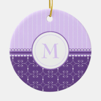 シックなラベンダーの紫色のカスタムなモノグラムパターン セラミックオーナメント