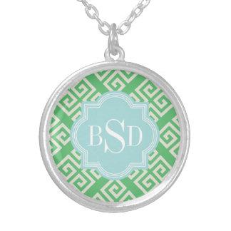 シックな緑のギリシャ人の鍵幾何学的なパターンモノグラム シルバープレートネックレス
