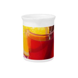 シナモンおよびオレンジが付いているフルーツの柑橘類の茶 ピッチャー