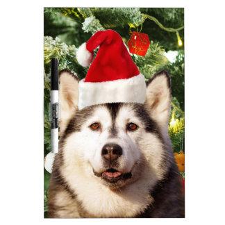 シベリアンハスキーのクリスマスツリーは雪だるまを飾ります ホワイトボード