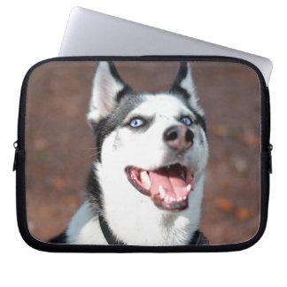 シベリアンハスキー犬の青い目 ラップトップスリーブ